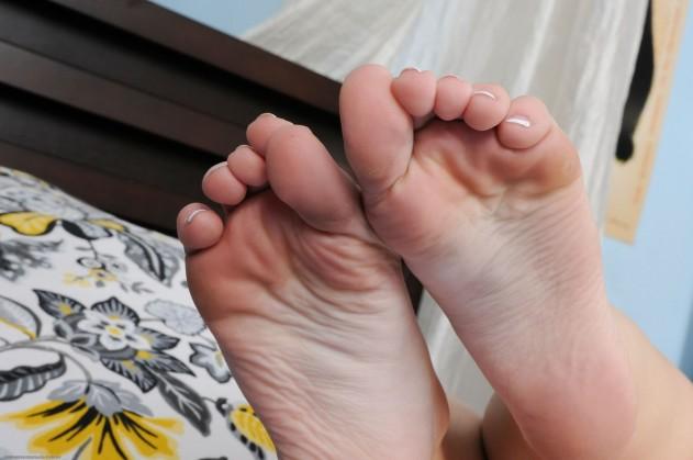 ale141BMB 272621016 631x419 Alexis Tyler Fucks for Cum on her Feet